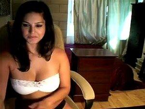 Hawt Romeno Mulher Com Irmãs De Ponteiro Natural Maciça Expostos Na Sua Câmara, Beleza Negra De Cabelos, Seios Grandes, Mostra Seus Peitos Grandes, Leitosos, Em Uma Webcam Vídeo E Tira A Calcinha Dela Antes De Se Masturbar E Brincar Com Brinquedos Sexuais Porn