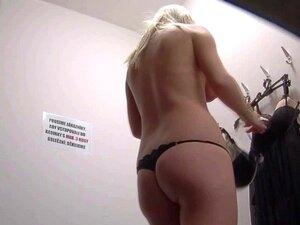 Loira Checa Amadora Espiava No Vestiário. Temos Duas Câmaras Escondidas Em Cabines De Uma Loja De Roupa Interior. Porn