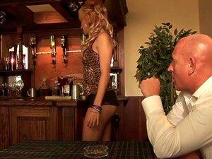 A Melhor Actriz Pornográfica Leyla Black Na Exótica Facial, Clip Hd Xxx. Leyla Black Chega à Mesa De Um Cliente Para Pedir, Mas Não é Uma Bebida Que Ele Procura.  Ela Inclina-se E Sacode O Rabo Nu é A Cara Dele, E Sobe Para A Mesa Para Montar O Pau Duro D Porn