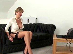 A Infiel Milf Inglesa, Lady Sonia, Mostra As Mamas Gigantescas. A Grande Cabra Bissexual Da Sónia Acaricia As Suas Enormes Mamas E Os Seus Dedos Fodem - Se Em Roupa Interior Porn