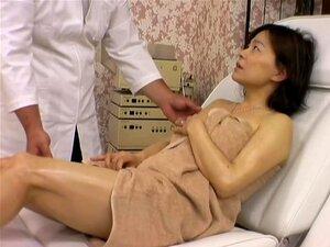 Slut Naughty E Asiática Fodida Por Massagist Em Filme Sensual Voyeur, Koji é Um Massagist Asiática Que Gosta De Colocar As Mãos Nos Corpos Dos Seus Clientes Senhora Adoráveis. Neste Cam Escondida Massagem Vídeo Ele Cuida Muito Bem De Uma Garota Sexy E Ofe Porn