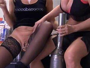 Piercing Mulher Receber De Uma Mão De Seus Aliados, Porn