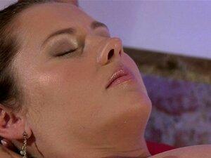 Morena De Buceta Peluda Recebe A Massagem. Gata Morena Buceta Peluda Recebe A Massagem Com óleo Na Sala De Massagem, Em Seguida, Os Dedos Dela Loira Massagista Europeu Sua Boceta E Esfrega Sua Coxa Por Buceta Porn