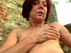 Velha Mãe Alimentando Seu Bichano Com Fome Porn