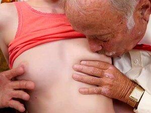 Alex Harper A Chupar Pilas Velhas. Dois Oldsters Tomar Viagra E, Em Seguida, Pegar Um Jovem Adolescente Quente Que Amam Dois Têm Sexo Com Homens Maduros E Experientes Em Breve Esta Jovem Garota Quente Alex, Harper Tem Dois Galos Surra Na Frente De Seu Ros Porn