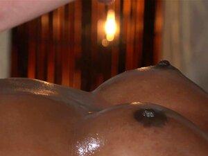 Oleada ébano Obtém Interracial Massagem, Massagista Branca Esfrega óleo E Massagens Sensuais Babe Ebony Com Um Bumbum Perfeito Então Enfia Seu Pau Em Sua Xoxota Depilada Preta E Fode Até Cu Cumshot Porn