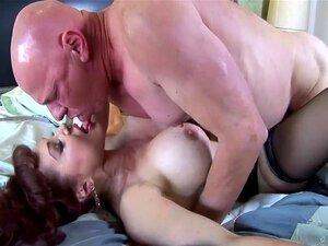 Grande Boobed Ruiva Em Meias Altas Coxa Porn
