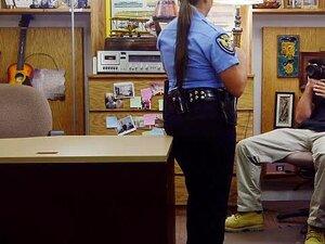 O Agente De Segurança Busty Meteu-se Com O Peão Da Loja De Penhores, O Agente De Segurança Busty Foi Convencido A Fazer Um Broche E A Meter-se Com O Peão Pervertido Da Loja De Penhores. Porn