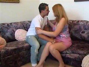Uma Mulher Mais Velha Não Presta E Fode Um Homem Mais Novo. Uma Mulher Mais Velha Chupa A Pila De Um Rapaz Mais Novo, Lambe-lhe A Rata E Deixa-o Foder-lhe Com Força. Porn