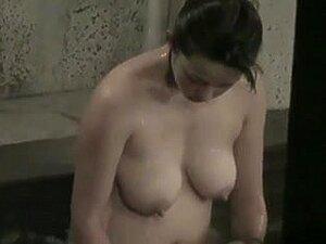 Rapariga Asiática, Toma Banho Com Mamas Lindas, Vê As Mamas Lindas Desta Rapariga Asiática Enquanto Toma Um Banho Aberto. Ela Tem Um Corpo E Uma Cara Adoráveis. Porn