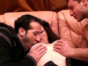 A Savanah Lésbica Toma 2 Pilas Em Casa. Porn