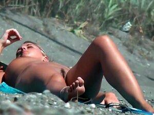 Uma Mulher Busty A Apanhar Sol Junto Ao Lago, A Minha Pila Estava A Ficar Cada Vez Maior Enquanto Olhava Para Ela, Uma Vez Que As Suas Curvas Eram Simplesmente Hipnotizantes. Obrigado Ao Voyeur Que Teve Que Filmá-la, Para Que Eu Possa Facilmente Bater Uma Porn