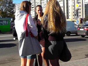Incríveis Imagens Faculdade Hotty Upskirt, A Este Dia, Eu Vi 3 Garotas De Faculdade Descuidado Conversando Perto De Uma Paragem De Autocarro E Um Deles Usava Um Saiote De Mini Quente. Felizmente, Minha Câmera Upskirt Estava, Então Eu Filmei Ela Para Você. Porn