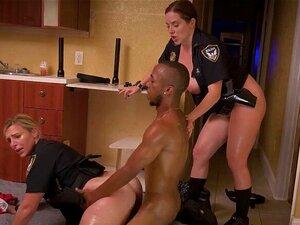 O Drogado é Preso E Fodido Por Um Agente Pervertido Da Milf. O Drogado é Preso Por Polícias Da Milf E Eles Fazem-no Ficar Com A Pila Dura Porque Os Seus Maricas Estão Tão Esfomeados Que Só Querem Ser Fodidos Com Força E Profundidade Porn