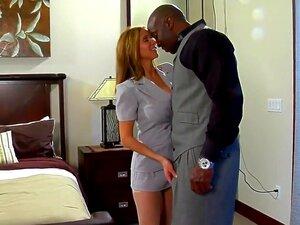 Lady Se Transforma Uma Prostituta Para Black Cock, Esta Senhora Elegante, Madura Transforma-se Uma Prostituta Para Agradar O Galo Negro. Ela Abre A Boca E Abre As Pernas Para Servir Latejante Galo Negro De Seu Amante. Porn
