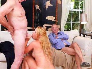 A Raylin Ann Fodeu Com Dois Velhos Até Ter Orgasmos. Raylin Ann Fodida Por Dois Homens Velhos, Até Que Ela Orgasmo E Outra Vez Os Dois Velhos, Os Homens Não Estão Muito Atrás Dela E, Enquanto Um Está De Bombeamento Raylins Buceta Molhada, A Outra é A Empu Porn