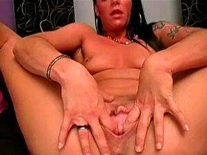 Carmen Se Estende Seu Bichano Apertado Com Um Vibrador Enorme Porn