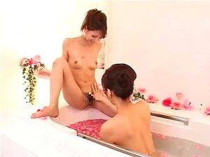 Vídeo Pornográfico De Massagens Nuas Com Miúdas Asiáticas Na Banheira. As Lésbicas Asiáticas Adoram Brincar Com As Suas Bimbas Peludas E Molhadas. Neste Vídeo De Massagens Corporais, Estes Dois Idiotas Jogam Jogos Eróticos E Masturbam-se Como Loucos. Porn