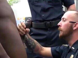 Gay Police Hunk E Velho Peludo Tagger Em Série é Apanhado No Porn