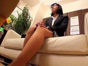 Massagista Profissional Instalado Câmera Escondida No Escritório Dele, Menina Japonesa Com óculos Visitas Um Massagista Sem Saber Que Ele Escondeu Câmeras Por Todo O Escritório. Ele Excita-la Tocando As Coxas E Peitos E Acaba Transando Com Ela Sobre A Cam Porn