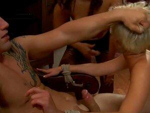 Emprego De Verão Para Uma Prostituta, Chloes Procurando Por Um Emprego De Verão Para Ajudar A Pagar O Seu Primeiro Ano Na Faculdade. Ela Corre Para Um Vizinho Isis Que Dá Trabalho Resolver As Coisas Em Uma Venda De Jarda. No Entanto, Isis E Seu Marido Der Porn