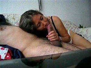 Com Tesão Prostituta Madura Amador Se Divertindo Com O Marido, Muito Tesão Madura Morena Puta Chupando O Pau Do Marido Na Cama Como Eles Filmá-lo Neste Vídeo Pornô Amador. Porn