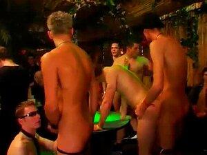 Punheta Em Grupo Com O Filme Da Masturbação Gay Os Mafiosos Famintos Agora Porn