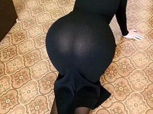 Uma Miúda Sexy E Boazona Com Mamas Grandes, Uma Puta De Saia Curta E Um Vestido Longo. Porn
