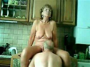 A Minha Mãe é Fodida Na Cozinha, Um Casal De Velhos Ainda Gosta De Se Divertir Muito Na Vida Sexual, O Que Se Pode Ver Num Filme Pornográfico Privado. Ela é Lambida E Fodida Na Sua Velha Rata Enquanto Ele Gosta Da Sua Pila Velha. Porn