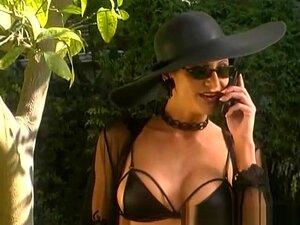 Tara é Uma Secretária Loira, Cujo Chefe Em Ir Para Paris Em Uma Viagem De Negócios E Se Recusa A Levá-la, Então, Ela Tenta Mudar De Idéia, Dando-lhe Uma Foto De Seu Traseiro E Parcialmente Barbeado, Durante Uma Camisola Enquanto Não Usar Qualquer Calcinha Porn