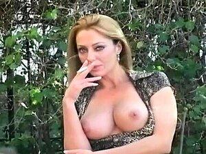 Beleza Deslumbrante Desfruta De Alguma Leitura E Fumando Porn