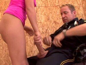 Loura Safada HDVPass Kelly Surfer Chupa Um Policial Lá Atrás Porn