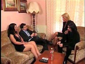 Italianas Putas Fodendo E Ficando Faciais, Uma MILF Peituda Fodeu Um Jovem Em Uma Cena Deste Pornô Italiano. A Outra Cena Mostra Uma Gostosa Fodendo E Ficando Faciais. Porn