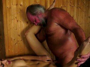Adolescente Perfurado Foda Geezer. O Adolescente Perfurado Foda O Perv Velho Para O Cum Na Boca Na Sauna No Def Do Oi Porn