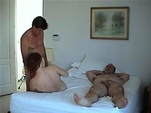 Sexo Grupal - Dois Casais, Eu E Meus Amigos Gostam De Swing. Nós Também Gostamos De Obtê-lo Em Vídeo. Nesta Casa Feita Grupal Festa Vídeo De Sexo, Partilhamos Nossas Esposas, Que Se Fodam, Use Suas Bocas E Brincar Com Seus Peitos E Bocetas. Porn