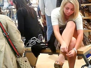 Menina Loira Upskirtvoyeured Na Loja De Sapato..., Bonita Loira Burra Estava Sentado No Banco Pouco Na Loja De Sapatos A Experimentar Vários Tipos De Sapatos. Ela Não Sabia Que Lá Estava Alguém Voyeuring Em Seu Olhar Sensual Vista Saia. Porn