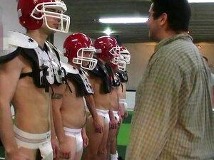 Um Grupo De Rapazes Sexy, Gay, Desfrutando De Uma Orgia Em Um Provador Porn