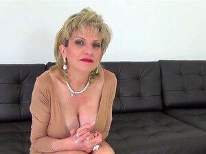O Infiel Inglês Maduro, Gill Ellis, Mostra Os Seus Balões Pesados. Dona De Casa Bissexual, Dona De Casa, Sonia, Massaja As Suas Grandes Mamas E Os Seus Dedos Fodem A Rata Magra Em Lingerie. Porn