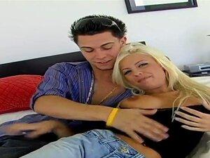 Britney Amber é Um ávido Fã De Tortas De Creme. Ela Não Sabe O Que Ela Teria Se Esta Doçura Estava Ausente De Sua Vida. As Mamas Dela Devem Ser Cobertas Com Esperma Quente. Porn