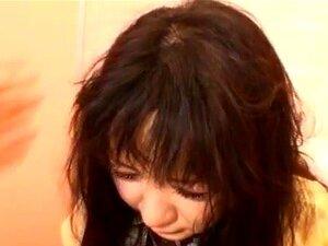Sexo De Estudante Japonesa. Esta Estudante Japonesa Está A Preparar-se Para O Dia Em Que Um Homem Entra Em Casa Dela. Ela Se Surpreende Com Ele E Ele Agarra Sua Boca E A Acaricia Com Sua Mão Para Que Ela Não Seja Capaz De Fazer Barulho! Ele A Beija E Abre Porn