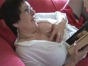 Peituda Envelhecida Grande Mulherão, BBW Madura Peituda Remove A Calcinha E Mostra Sua Grande Buceta Peluda Porn