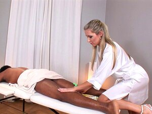 O Tipo Negro Na Mesa De Massagens Fode A Linda Loura - Cereja Jul Porn