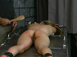 Vadia Na Mesa De Escravidão Obtém Espancada Porn