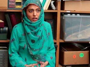 Uma Árabe Aparentemente Religiosa Foi Apanhada A Ser Marota. Porn