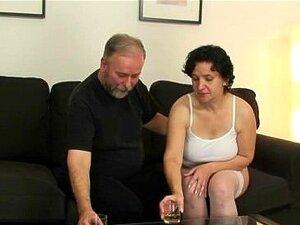Uma Velha De Lingerie Branca Numa Orgia A Três Porn