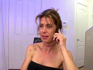 A Senhora Quer Chupá-lo. Enquanto Ele Lhe Mostrava As Configurações Da Tv, Ela Queria Chupar-lhe A Pila. Porn