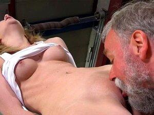 Velho Come Buceta Jovem. Sedutor Jovem Bomba Obtém Dela Pusys Lambido Por Um Gato Velho Porn