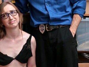 Adolescente Loira Totó Apanhada A Roubar Lojas Fodida Por Um Agente De Segurança Porn