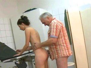 O Velho Médico Russo Fode Adolescentes, O Velho Médico Russo Fode Adolescentes Com A Sua Velha Pila Suja Porn