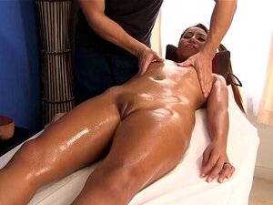 Ittiporn 2 - ThaiPussyMassage. Babe Lascivo Explora Uma Nova Loja De Massagem E Tem Uma Surpresa Massuer Masculino Porn